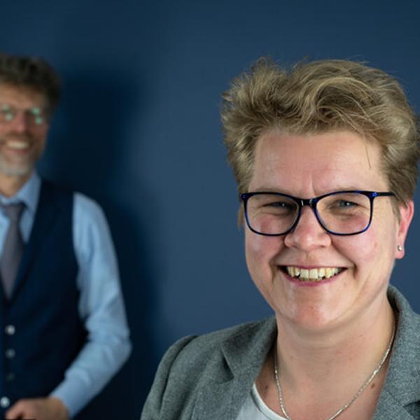 Burgemeester  van gemeente Westerkwartier in gesprek met Heleen Wijma, docent rsg de Borgen